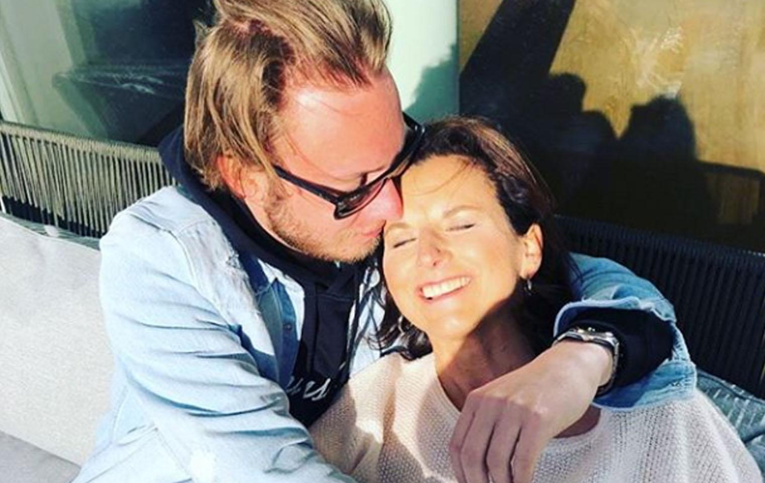Promis unter Palmen: Claudia Obert kuschelt mit neuem Freund