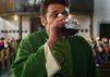 Sankt Maik: Vor der ersten Predigt muss sich Maik erst einmal einen großen Schluck Wein gönnen.