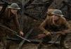 """Dean-Charles Chapman und George MacKay als Soldaten im Schützengraben in ihrem neuen Film """"1917"""""""