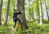 Sky: Fahri Yardim allein im Wald am Baum.