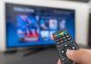 Ein TV Stick streamt verschiedene Inhalte auf den Fernseher.