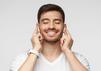 Ein Mann nutzt kabellose In-Ear-Kopfhörer.