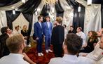 umringt von Hochzeitsgästen geben sich Boris (Florian Frowein, l.) und Tobias (Max Beier, M.) vor Standesbeamtin Antonia Wiener (Stefanie Oestreich, r.) das Ja-Wort.
