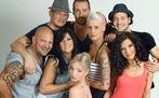 Die sieben Gründungsmitglieder der Kreuzberger WG posieren für die Kamera: Joe, Ole, Alina, Sofi, Meike, Marcel und Ceylan (v.l.). Herzensbrecher Carlos (Mitte oben) ist ihr Dauergast.