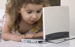 Ein Mädchen und ihr tragbarer DVD Player