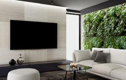 Ein 8K-Fernseher hängt in einem Wohnzimmer.