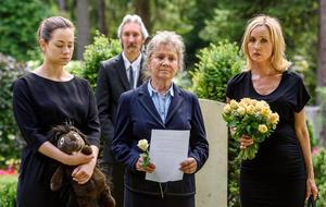 Tina (Christin Baloght, links) und Beatrice (Isabella Hübner, rechts) auf dem Friedhof.