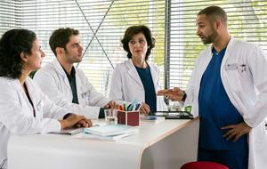 Die jungen Ärzte: Leyla Sherbaz (Sanam Afrashteh, l.), Dr. Niklas Ahrend (Roy Peter Link, 2.v.l.), Prof. Karin Patzelt (Marijam Agischewa, 2.v.r.) und Dr. Matteo Moreau (Mike Adler, r.) beraten, wie sie auf Bens Fehlverhalten reagieren sollen.