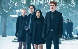Riverdale Betty (Lili Reinhart), Veronica (Camila Mendes), Archie (KJ Apa) und Jughead (Cole Sprouse)