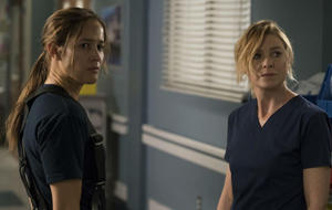 """Station 19"" und ""Grey's Anatomy"": Andy Herrera (Jaina Lee Ortiz) und Meredith Grey (Ellen Pompeo)"