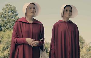 """""""The Handmaid's Tale"""" mit Elisabeth Moss (als Desfred/Offred/June Osborne) und Alexis Blendel (als Emily)"""