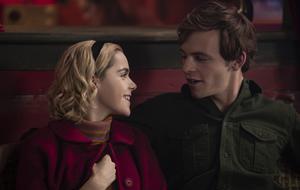 """""""Chilling Adventures of Sabrina"""": Harvey Kinkle (Ross Lynch), Kiernan Shipka als Sabrina Spellman"""