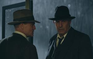"""Kevin Costner verrät im """"The Highwaymen""""-Interview: """"Ich möchte ewig leben!"""" - Das Bild zeigt ihn als Frank Hamer - An seiner Seite: Woody Harrelson als Maney Gault"""