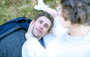 Paul (Sandro Kirtzel) ringt mit dem Tod als ihm Romy (Désirée von Delft) erscheint.