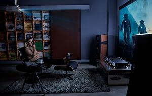 Mann schaut Film auf Beamer