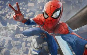 Spider-Man steht auf der Spitze eines Wolkenkratzers, filmt nach unten und und macht Peace-Zeichen in Selfie-Kamera
