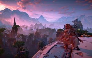 Szene aus Horizon Zero Dawn: Aloy blickt vom Kopf eines Langhalses aus über die Spielwelt.
