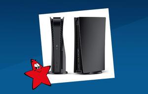 Zwei schwarze PS5-Konsolen, Front- und Seitenansicht