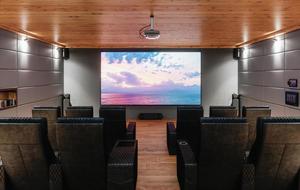 Kinosaal mit Beamer, der an der Decke montiert ist