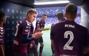 Szene aus Football Manager 2022. Fußballspieler laufen durch den Tunnel aufs Spielfeld.