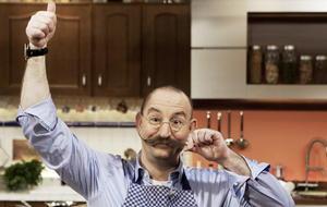 """Deutschlandweit bekannt wurde Horst Lichter durch die TV-Show """"Lanz kocht!"""". Mittlerweile hat er gemeinsam mit Johann Lafer die Sendung """"Lafer! Lichter! Lecker!"""" und ist auch als Juror und Moderator bei """"Die Küchenschlacht"""" zu sehen. Insegsamt hat der Koc"""