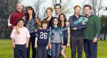 """In Staffel 5 von """"Modern Family"""" gab es Familienzuwachs bei Jay und Gloria - jetzt wird ein neuer Darsteller für die Rolle des Kindes gesucht."""