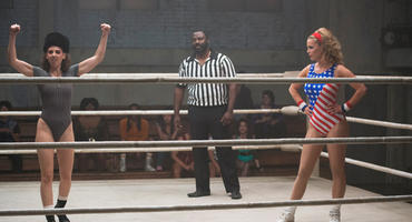 Alison Brie (links) und Betty Gilpin wurden von professionellen Wrestlern auf die Kampfszenen vorbereitet. Foto: Erica Parise/Netflix