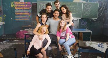 Fack Ju Göhte 3: Der #FinalFack mit (v.l.n.r.): Laura (Lena Klenke), Danger (Max von der Groeben), Burak (Aram Arami), Ploppi (Lucas Reiber), Zeynep (Gizem Emre), Chantal (Jella Haase) und natürlich Superpädagoge Zeki Müller (Elyas M'Barek, Mitte).
