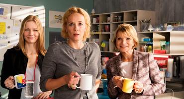 Fack Ju Göhte 3: Biggi (Sandra Hüller), Direktorin Gerster (Katja Riemann) und Frau Leimbach-Knorr (Uschi Glas) halten im Lehrerzimmer die Stellung.