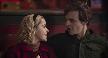 """Chilling Adventures of Sabrina"": Harvey Kinkle (Ross Lynch), Kiernan Shipka als Sabrina Spellman"