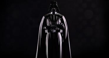 Darth Vader steht vor einem schwarzen Hintergrund