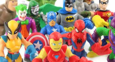 Verschiedene Marvel Figuren auf weißem Hintergrund