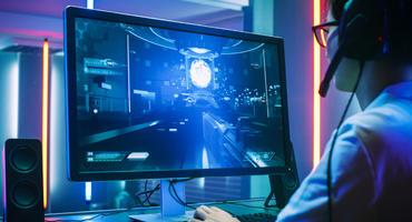 Ein Mini Gaming-PC nimmt auf dem Schreibtisch kaum Platz ein