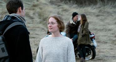 Lara spricht mit ihrem Verlobten Moritz, während Vivi im Hintergrund mit ihrem Jugendfreund steht