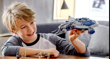 Junge spielt mit Lego Star Wars Raumschiff