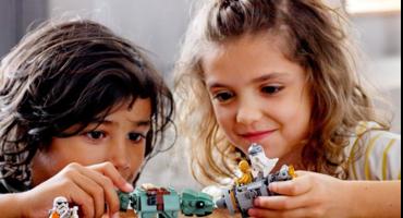 Kinder spielen mit Lego Star Wars Figuren