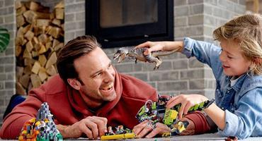 Vater und Sohn spielen mit Lego-Sets
