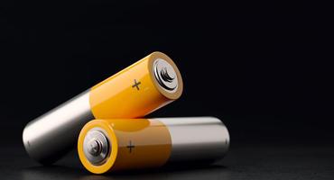 Zwei Batterien vor einem schwarzen Hintegrund