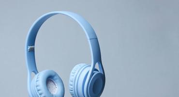 On-Ear-Kopfhörer vor einem hellblauen Hintergrund