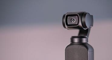 Gimbal Kamera vor einem hell-lila Hintergrund