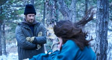 Joel Kinnaman alias Erik Heller und Hanna (Esme Creed-Miles)