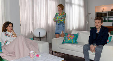 Laura (Chryssanthi Kavazi, l.) macht das schlechte Gewissen zu schaffen, während Yvonne (Gisa Zach) und Felix (Thaddäus Meilinger) mit ihren eigenen Gefühlen zu kämpfen haben.