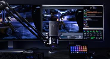 Elgato Wave 3 Gaming-Mikrofon vor Monitoren