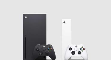 Xbox Series X und Xbox Series S mit Controllern