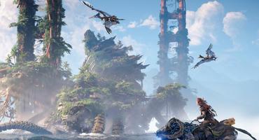 Aloy reitet auf einem Roboter-Pferd an den Überresten der Golden Gate Bridge entlang. Über ihr fliegen Roboter-Flugsaurier.