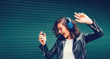 Eine Frau hört mit Bluetooth-Kopfhörern Musik.