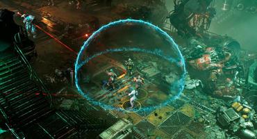 Szene aus The Ascent: Vier Spielfiguren stehen unter einer blauen Energiekuppel in einer industriellen Cyberpunk-Umgebung.