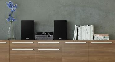 Eine Mini-Stereoanlage steht im Wohnzimmer.