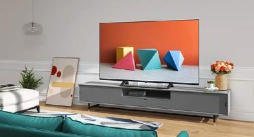 Ein Smart-TV 55 Zoll steht im Wohnzimmer.