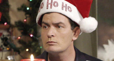 "Charlie Sheen in der ""Two and a Half Men""-Folge ""Santas Dorf der Verdammten""."